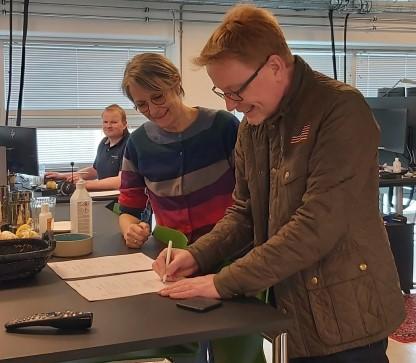 Anders Banke direktør for SEF og Helle Damm-Henrichsen underskriver kundeaftalen.