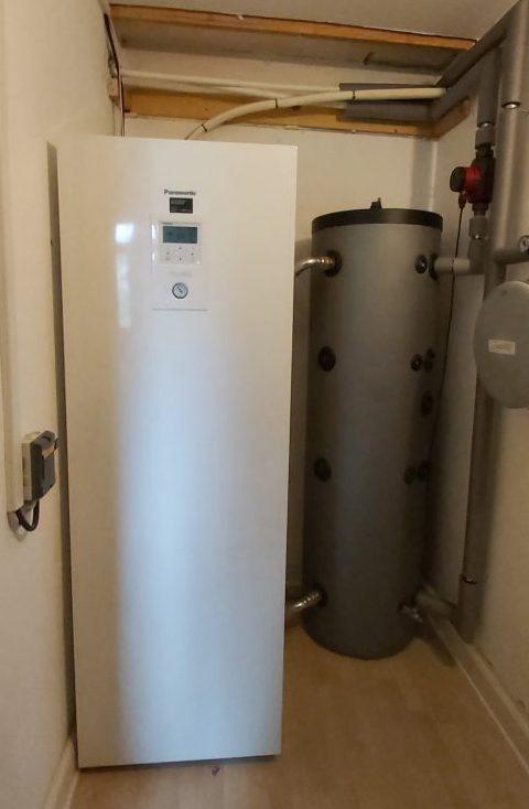Varmepumpen opsættes med varmtvandsbeholder og buffertank indenfor.